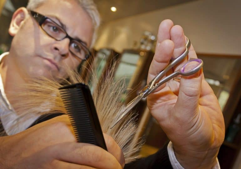 Trwa oblężenie salonów fryzjerskich. Wiele z nich już nie ma wolnych terminów