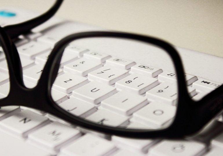 Powstała aplikacja, która ułatwi zakup okularów. Przymierzymy je bez wychodzenia z domu