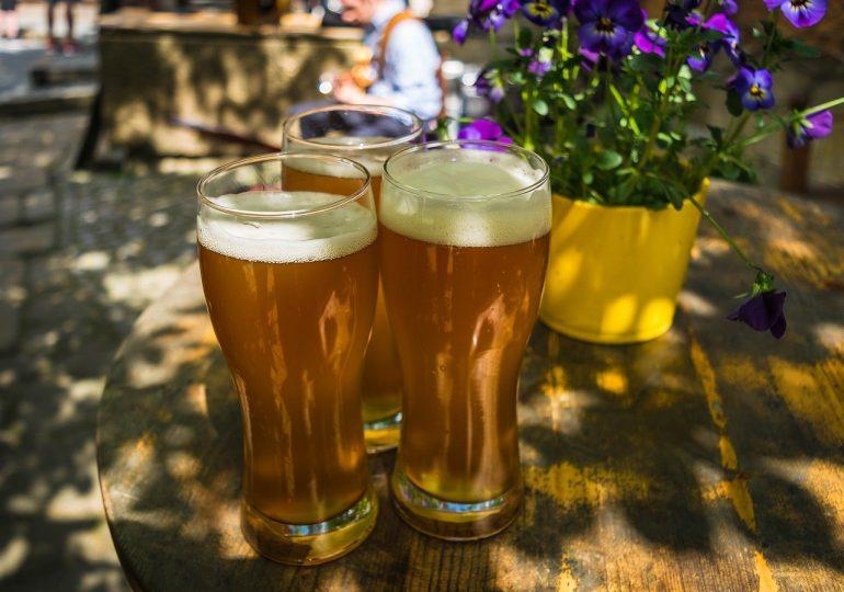 Przez pandemię Polacy piją mniej piwa. Zyskały marki premium