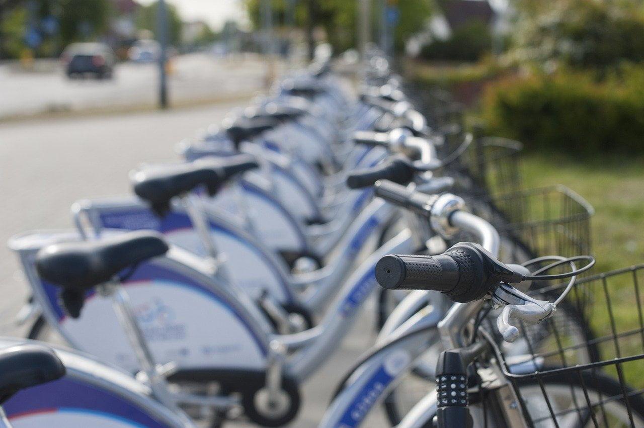 Rowery miejskie nazakręcie. Liczba wypożyczeń spadła nawet okilkadziesiąt procent
