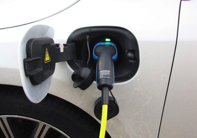 """Unijne przepisy przyspieszą rozwój elektromobilności. """"Popularność samochodów elektrycznych dopiero się zaczyna"""""""