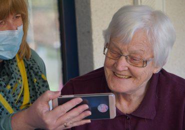 Seniorzy coraz chętniej kupują w sieci. W święta z e-commerce skorzysta połowa z nich
