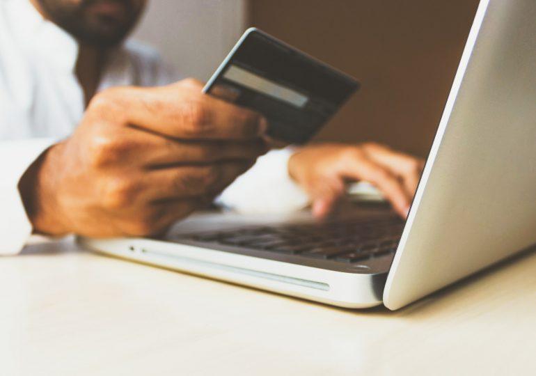 Obostrzenia związane z pandemią zmieniły świąteczny handel. Zakupy online robi coraz więcej osób powyżej 55. roku życia